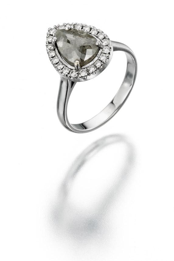 כל כלה צריכה טבעת. טבעת היהלומים של המעצבת אור טוקטלי בצורת טיפה. מחיר: 12 אלף שקלים