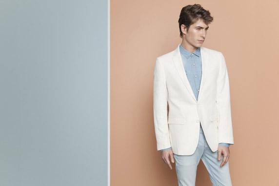 חליפת חתן עם ז'קט לבן. מראה שמשדר יוקרה ואלגנטיות מרשימה