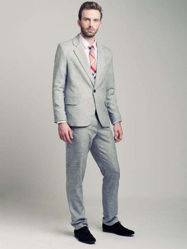 """חליפת פשתן קלאסית של דורון אשכנזי. מעולה לחתונה בחודשי הקיץ. צילום: גלעד בר שלו. להשיג אצל דורון אשכנזי, דיזנגוף 187 ת""""א"""