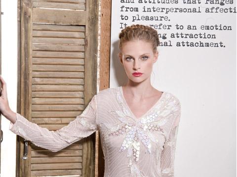 אמנות הדיוק והפרטים הקטנים. שמלת כלה חורפית וייחודית של המעצבת שיר קולטון (צילום: איתן טל)